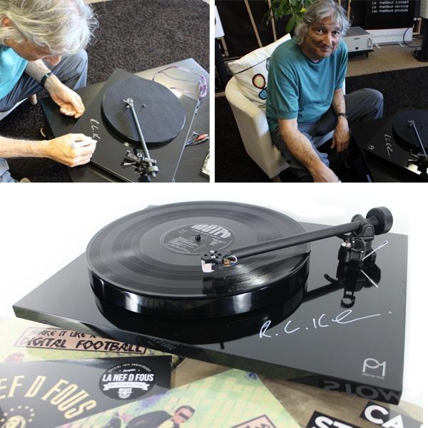 Signature de la platine vinyle Rega Planar 1 par Roy Gandy