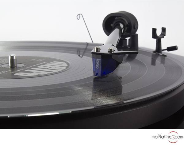 Pro-Ject Debut Carbon 2M Blue SE turntable