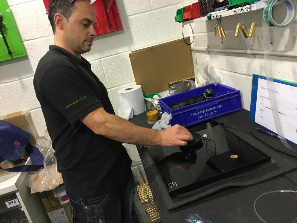 Inspection des platines vinyles REGA dans les usines